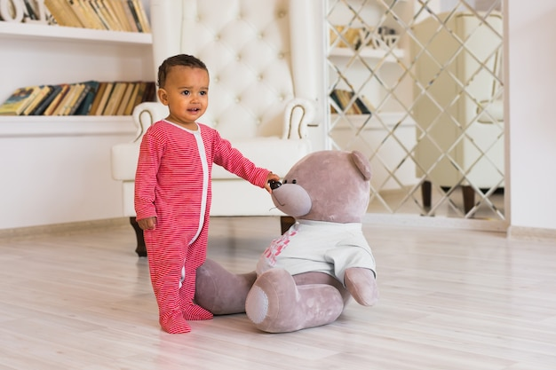 Happy babyjongen spelen met zijn teddybeer.