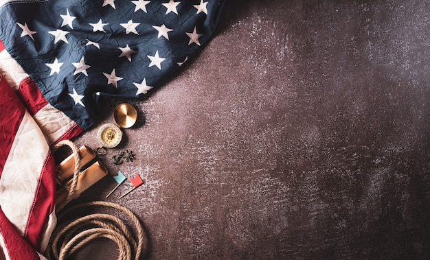 Happy columbus day concept vintage amerikaanse vlag kompas papieren boot touw op donkere steen