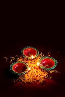 Happy diwali - clay diya-lampen verlicht tijdens diwali-viering. groetenkaart ontwerp van indian hindu light festival genaamd diwali