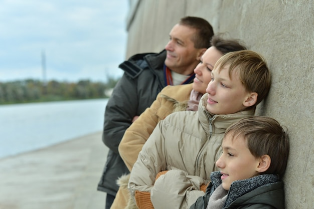 Happy family aan de rivieroever in de herfst