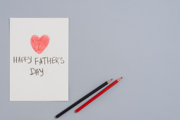 Happy fathers day inscriptie op papier blad met potloden