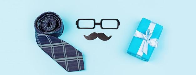 Happy fathers day met cadeau en accessoires op tafel