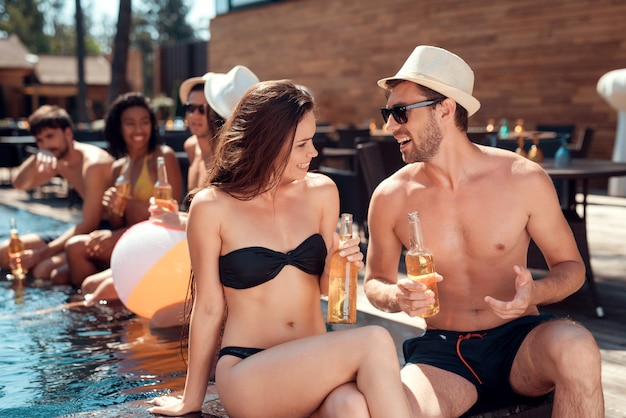 Happy friends enoying pool party. zomervakantie concept