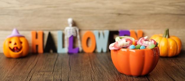 Happy halloween-dag met spooksuikergoed, pompoenkom, jack o-lantaarn en decoratief (selectieve aandacht). trick or threat, hallo oktober, herfstherfst, feestelijk, feest- en vakantieconcept
