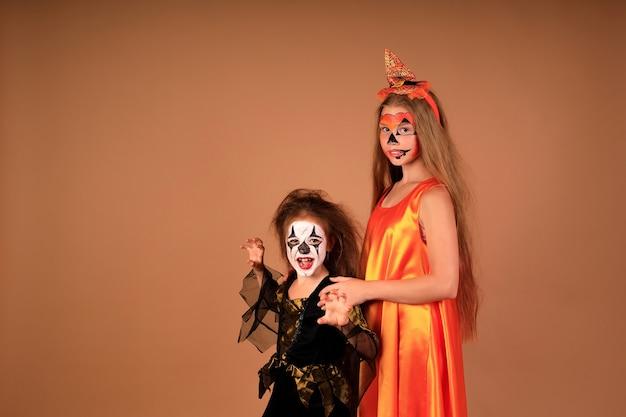 Happy halloween een portret van kinderen in kostuums