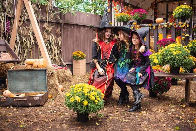 Happy halloween grappige kinderen meisjes lachen in fancy dress in de open lucht
