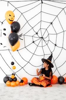 Happy halloween kleine heks met een pompoen