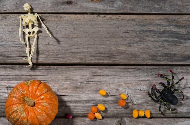 Happy halloween pompoenen, spinnen, horrorverhalen en meer op een houten achtergrond
