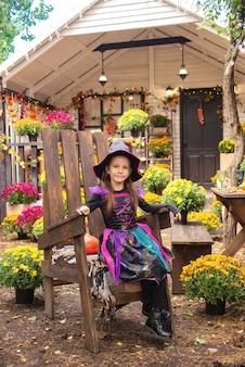 Happy halloween schattige kleine heks met een pompoen in de handen