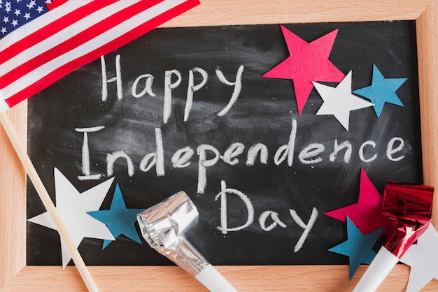 Happy independence day-teken op ingelijste schoolbord