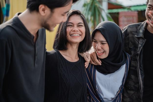 Happy jonge vrienden samen lachen