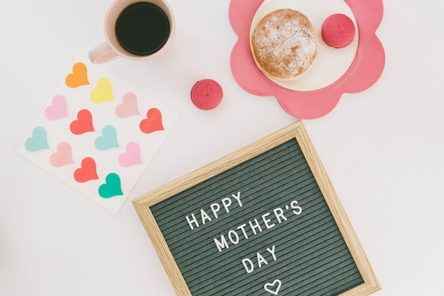 Happy mothers day inscriptie met koffie en snoep