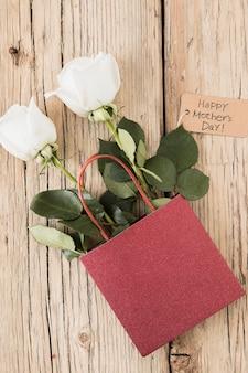 Happy mothers day inscriptie met rozen in papieren zak