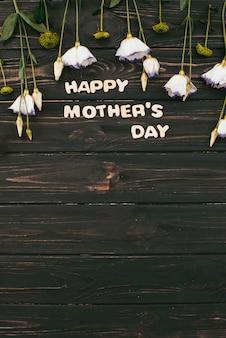Happy mothers day inscriptie met witte bloemen
