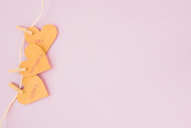 Happy mothers day inscriptie op harten vastgemaakt aan touw