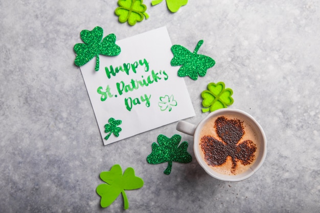 Happy saint patricks day kaart met klaverblad klavertjes en koffie