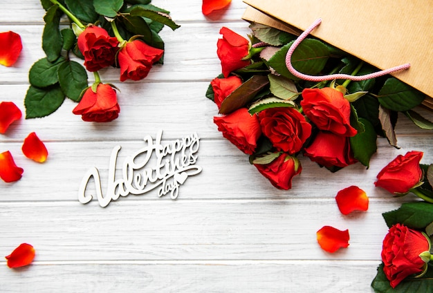 Happy san valentijnsdag met rode rozen en bloemblaadjes