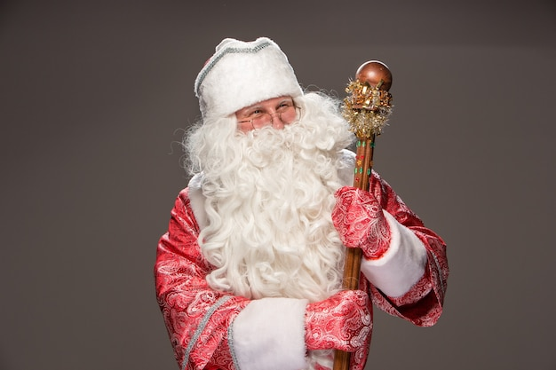 Happy santa claus in brillen met personeel camera kijken op zwarte achtergrond