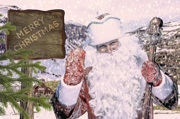 Happy santa claus in brillen met personeel kijken naar camera op zwarte achtergrond