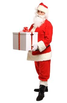 Happy santa claus met kerstcadeautjes camera kijken