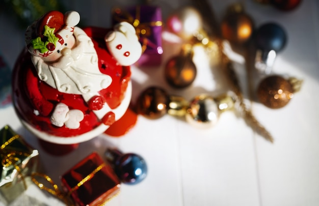 Happy santa claus voorbereiden kerstcadeautjes. merry christmas concept achtergrond.