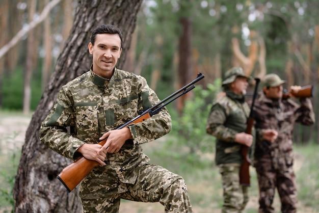 Happy shooter met rifle rabbit hunt in de zomer.