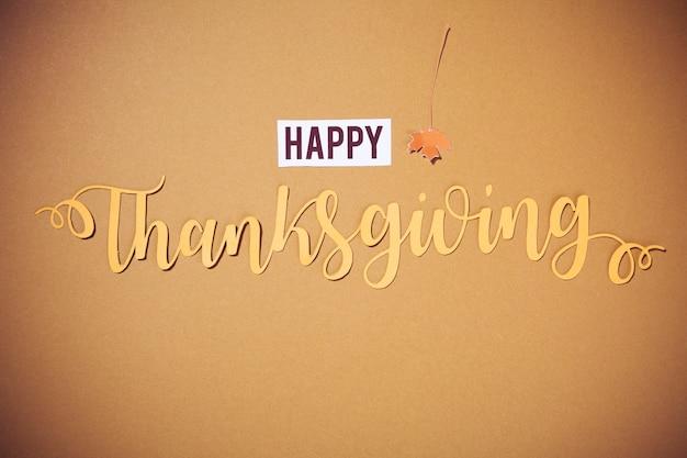 Happy thanksgiving belettering op bruine achtergrond