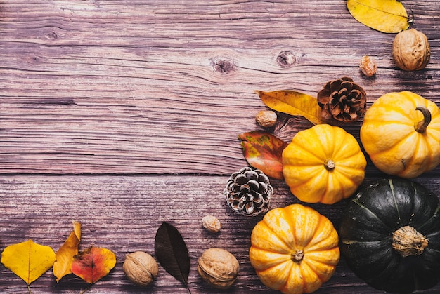 Happy thanksgiving day met pompoen en moer op houten tafel