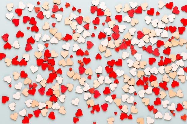 Happy valentijnsdag achtergrond. met kleine hartjes op pastel achtergrond.