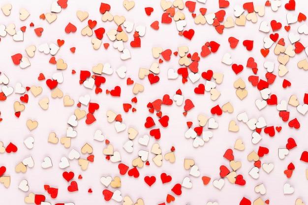 Happy valentijnsdag achtergrond. met kleine kleurenhartjes op grijze achtergrond.
