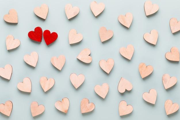 Happy valentijnsdag achtergrond. rode harten op witte houten achtergrond.