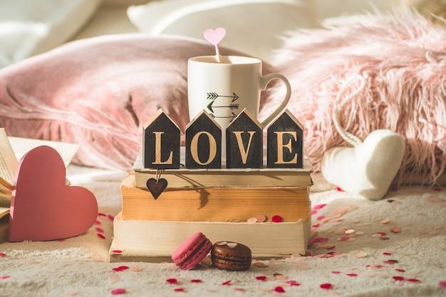Happy valentijnsdag briefkaart. love concept voor moederdag en valentijnsdag. harten en de boeken met kopkoffie. valentijn kaart met ruimte voor tekst