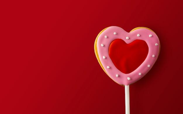 Happy valentijnsdag concept. hartvormige koekjes op rood