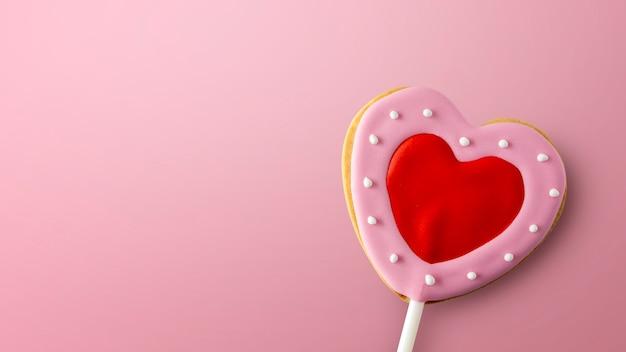 Happy valentijnsdag concept. hartvormige koekjes op roze