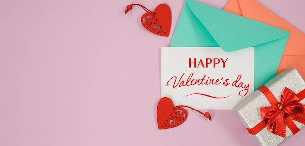 Happy valentijnsdag kaart en geschenken op roze achtergrond