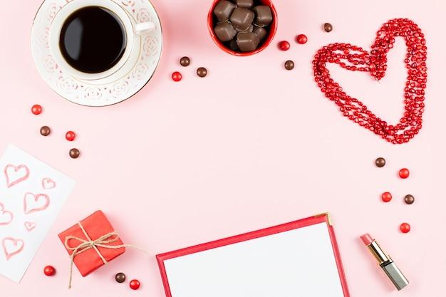 Happy valentine's day wenskaart met koffie, snoep en geschenkdoos op achtergrond.