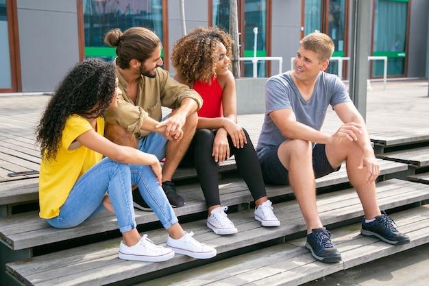 Happy vrienden buiten praten