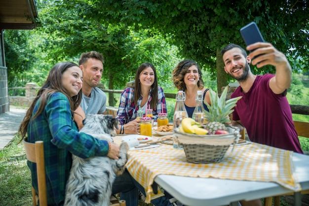 Happy vrienden doen ontbijt in een landhuis