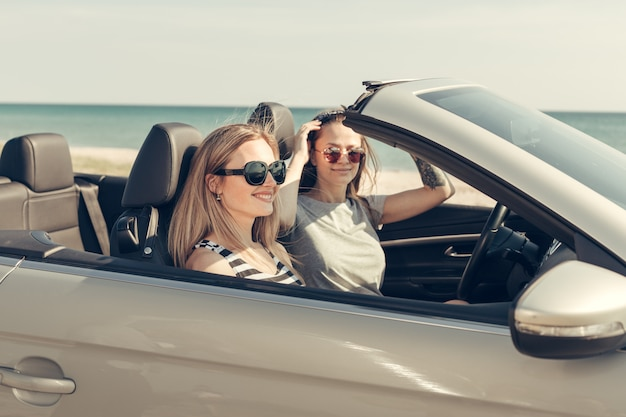Happy vrienden in auto