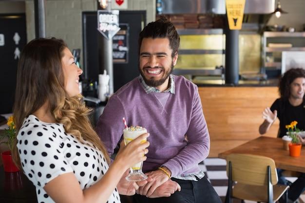Happy vrienden kijken naar andere rach in restaurant