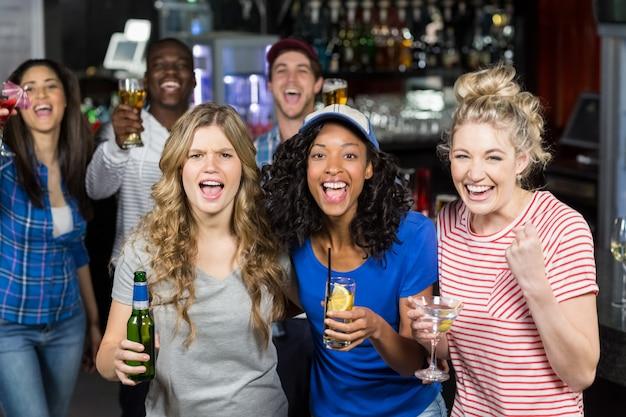 Happy vrienden kijken naar sport