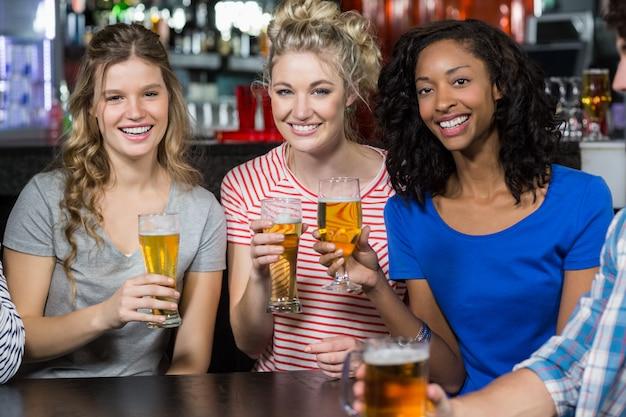Happy vrienden met een drankje