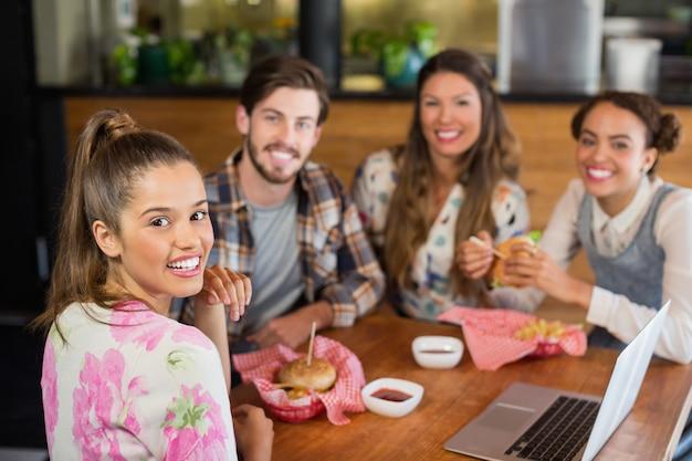 Happy vrienden met hamburger in restaurant