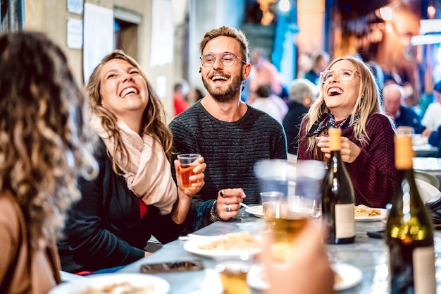 Happy vrienden plezier drinken van witte wijn op straatvoedsel festival