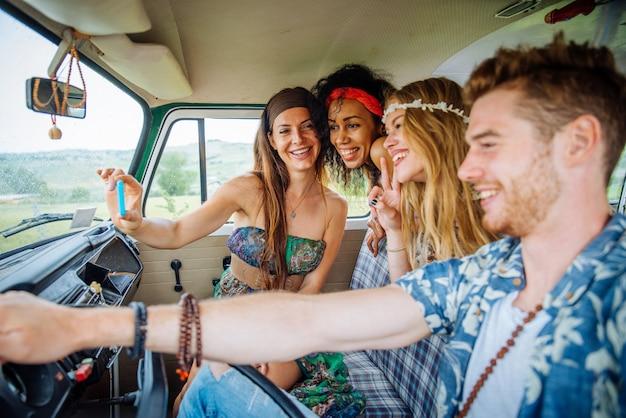Happy vrienden rijden een vintage minivan