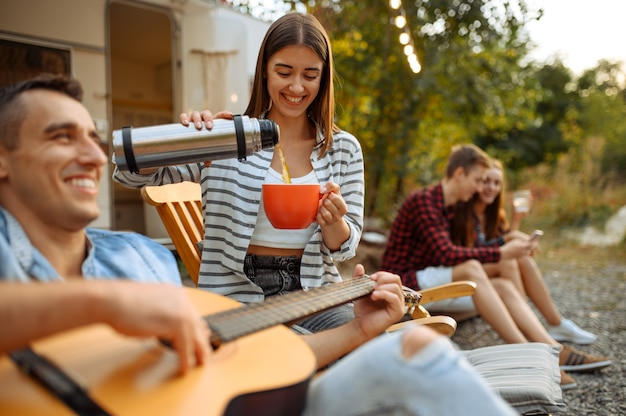 Happy vrienden rusten op picknick, weekend op camping in het bos