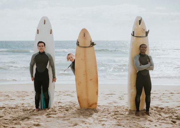 Happy vrienden surfen op het strand