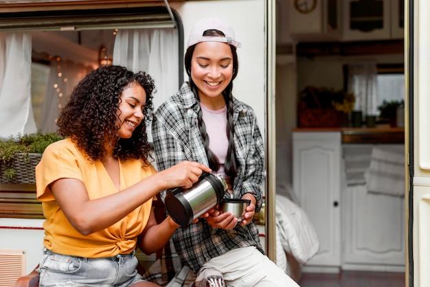 Happy vriendinnen samen koffie drinken