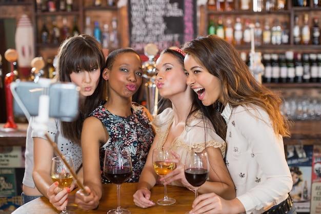 Happy vriendinnen selfie te nemen in de pub