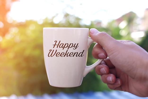 Happy weekend concept: plezier terwijl u geniet van een warme kop koffie buiten